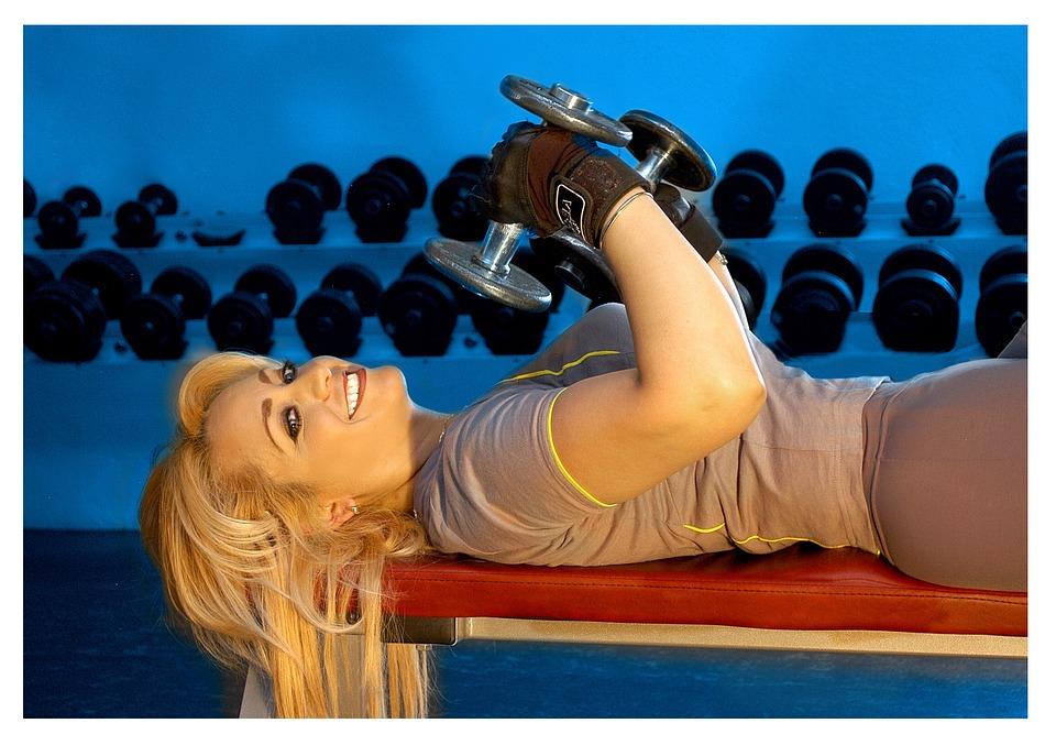 Fitnessstudio: Frau mit Hanteln