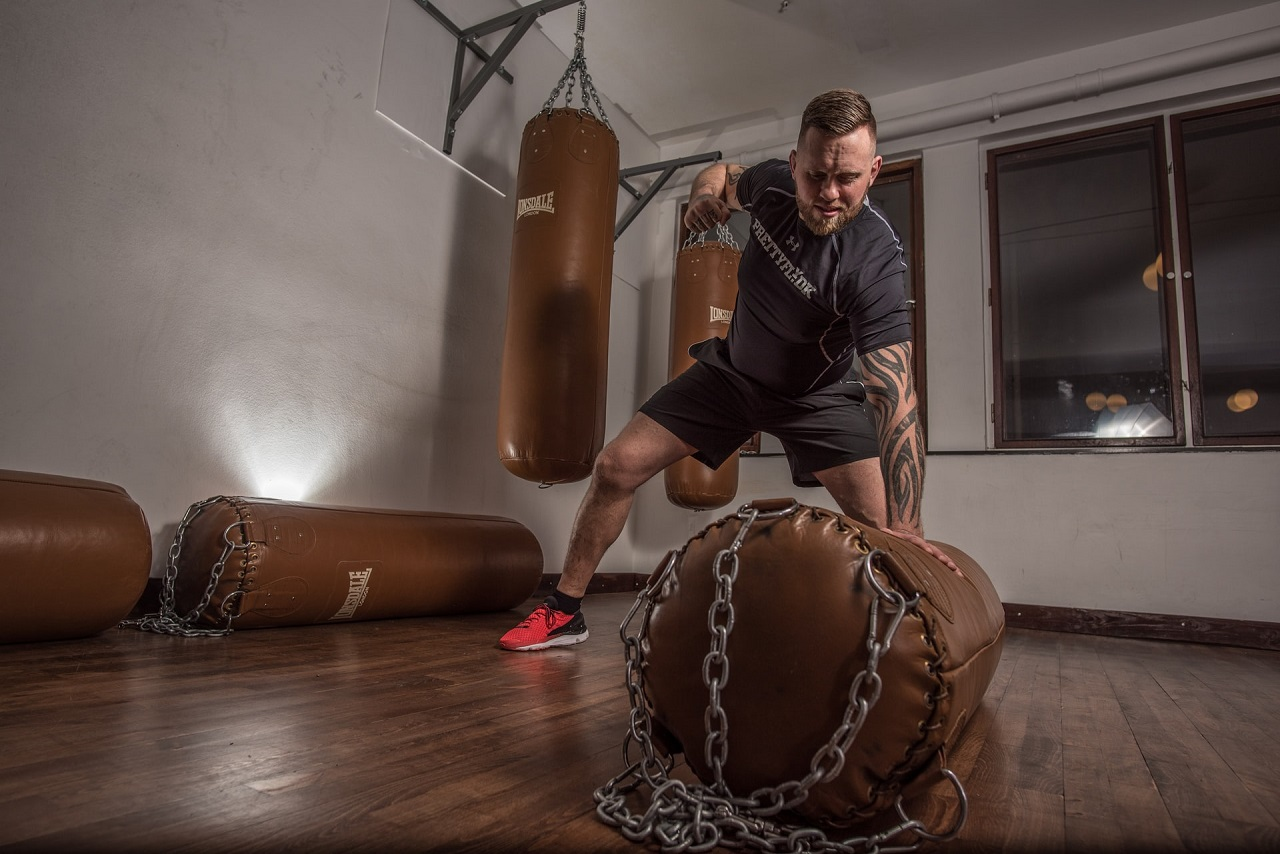Ein Boxdummy ist die bessere Alternative zum Boxsack. Kampfsportler können das Kämpfen an einem menschenähnlichen Dummy besser trainieren, als an einem einfachen Sack.