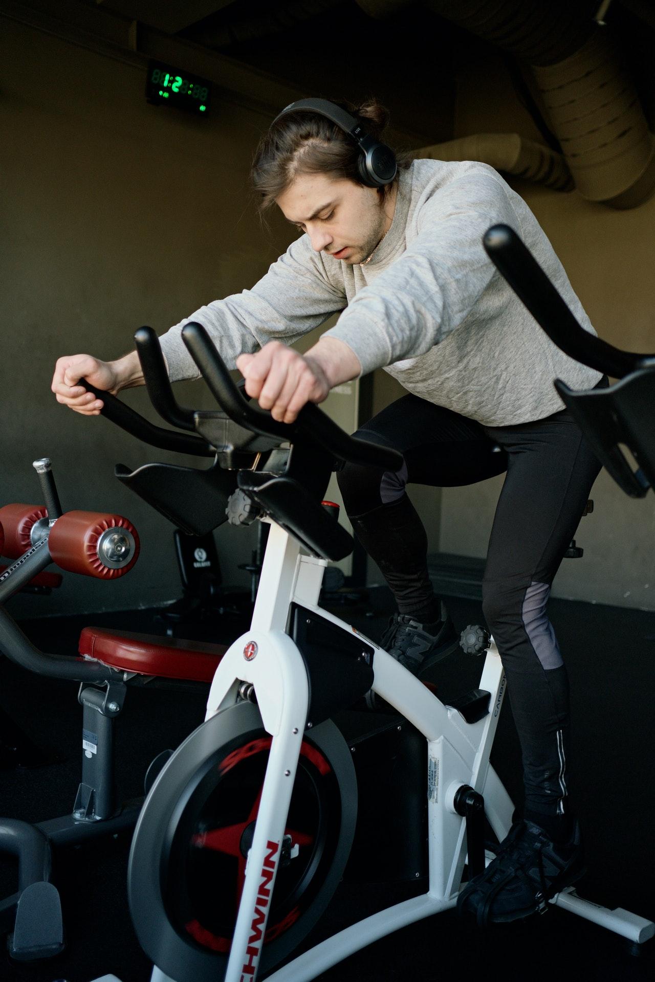 Der Aufbau eines Ergometers ähnelt stark dem eines Fahrrads.