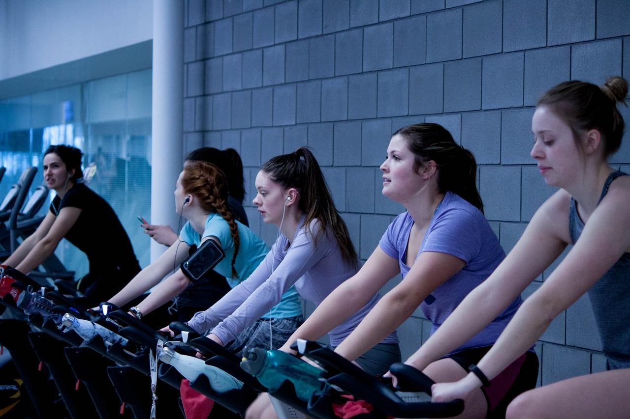 Wie bei allen anderen Fitnessübungen, macht auch das Training auf einem Ergometer in der Gruppe deutlich mehr Spaß.