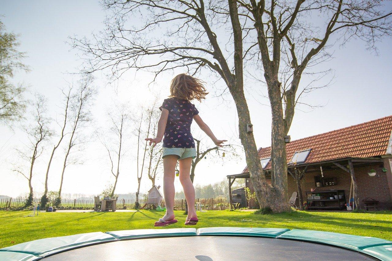Der Platzbedarf eines Gartentrampolins kann enorm sein. Überlege vorher genau, wie viel Platz Du für ein Trampolin aufwenden kannst bzw. möchtest.