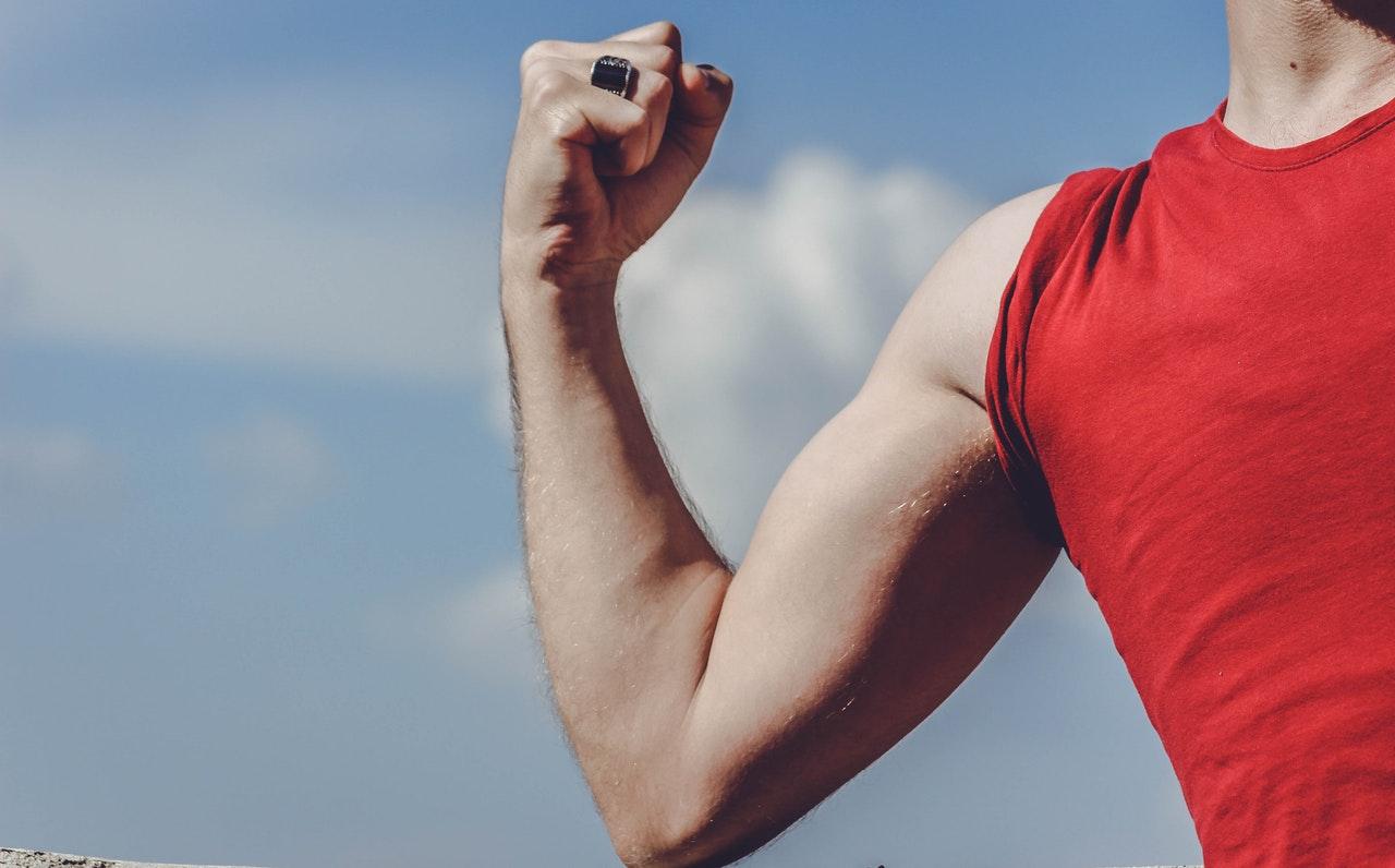 An einem Handergometer trainierst Du nicht nur deine Arme, sondern auch den Oberkörper.