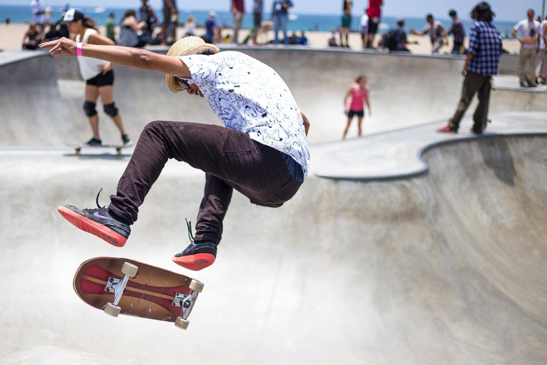 Mit einem Skateboard kannst du tolle Tricks einstudieren und problemlos lange Strecken fahren.