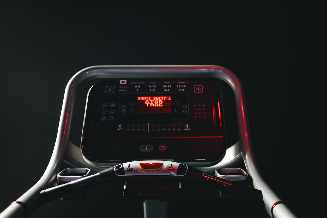 Ein modernes Laufband steckt voller moderner Technik. Bein einigen Modellen sind sogar richtige Displays verbaut, auf denen man nebenbei Serien oder Filme schauen kann.