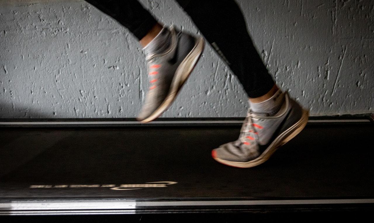 Ein mechanisches Laufband wird ausschließlich von Deiner eigenen Muskelkraft angetrieben.