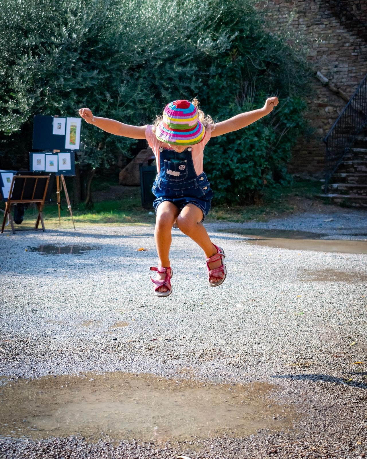 Welches Kind hüpft nicht gerne? Mit einem Pogo-Stick, auch Hüpfstab genannt, macht das noch mehr Spaß.