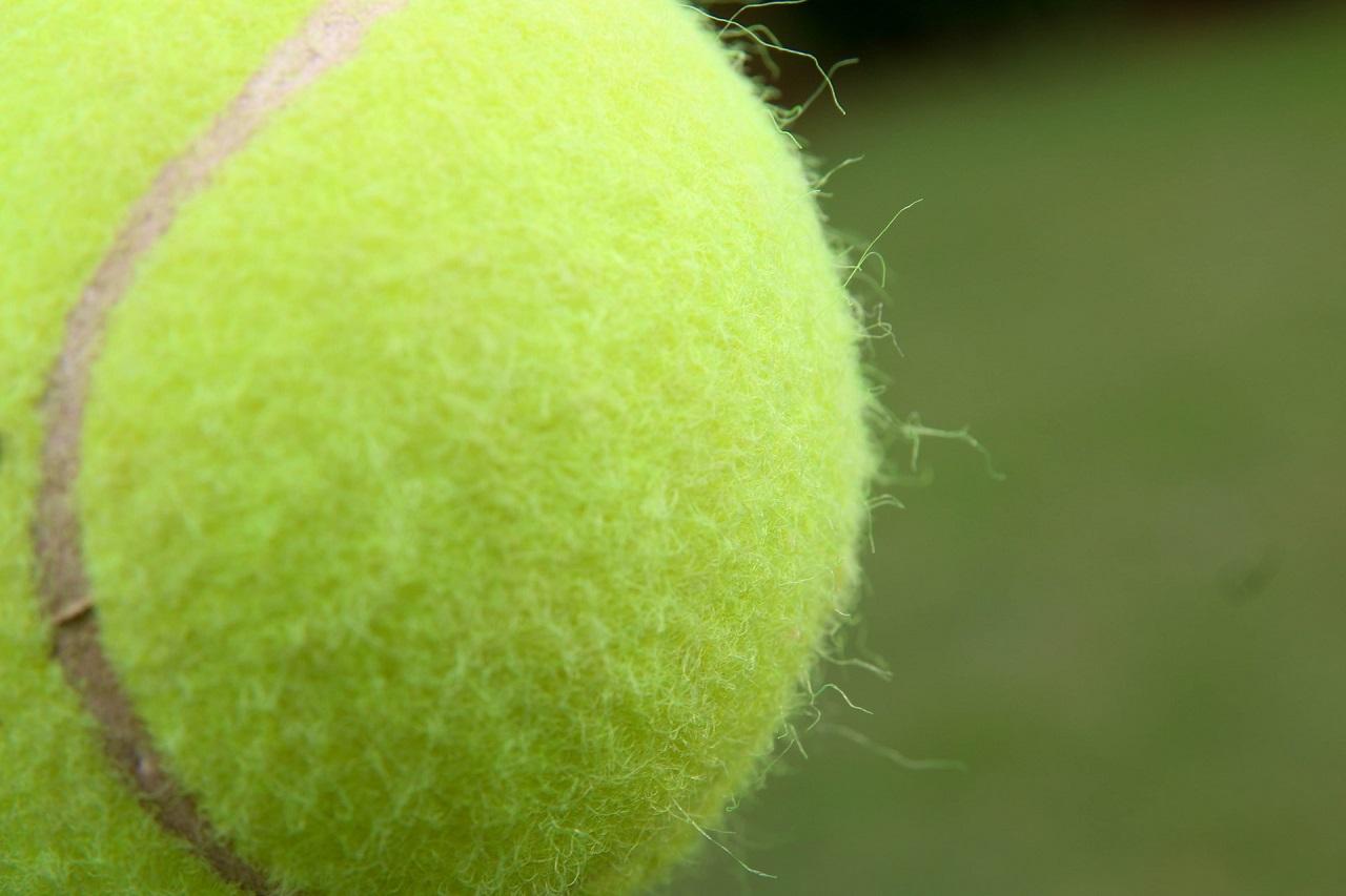 Ein Reflexball erinnert an einen Tennisball. Mit dem Unterschied, dass dieser mit einer Gummischnur am Kopf befestigt wird.