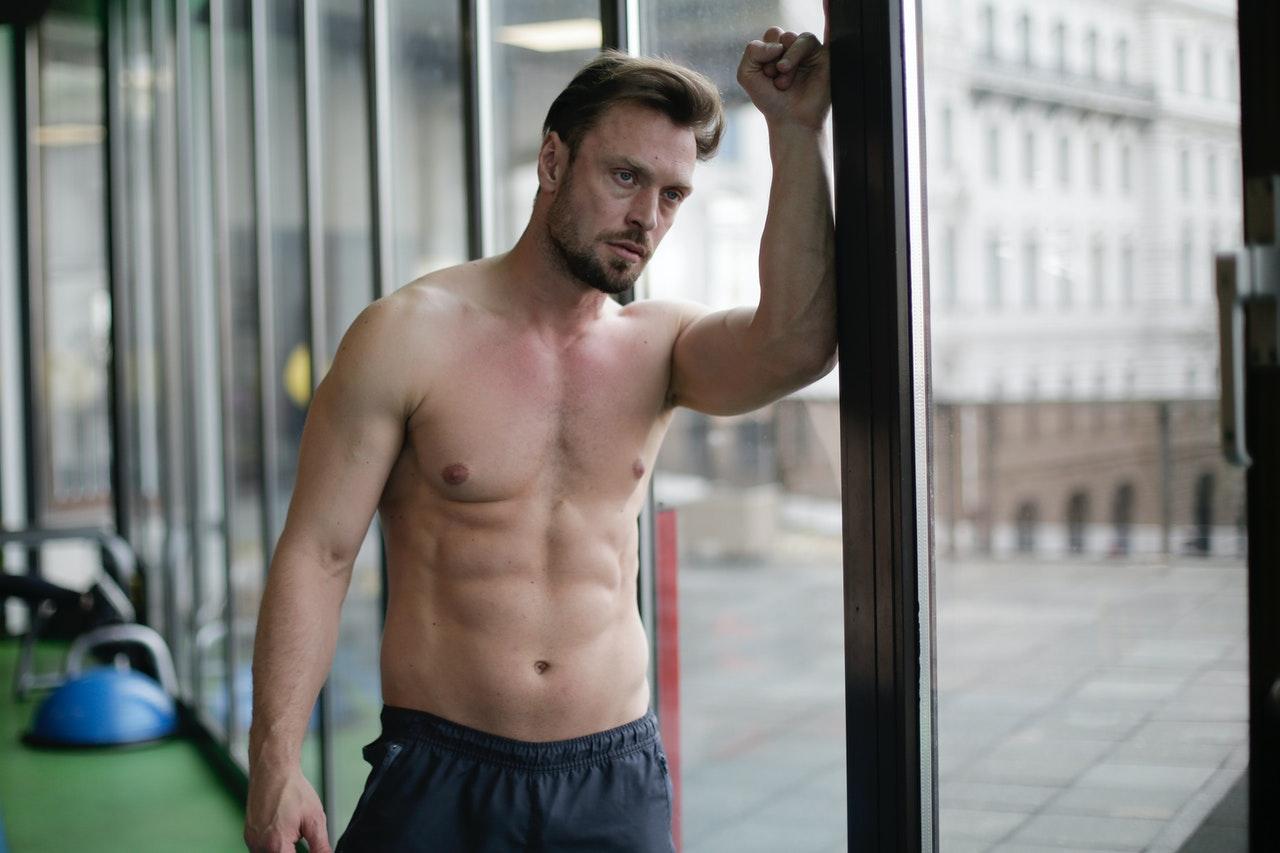 Mit regelmäßigem Training auf einer Sit-Up-Bank, entwickelst Du mit der Zeit starke und sexy Bauchmuskeln.