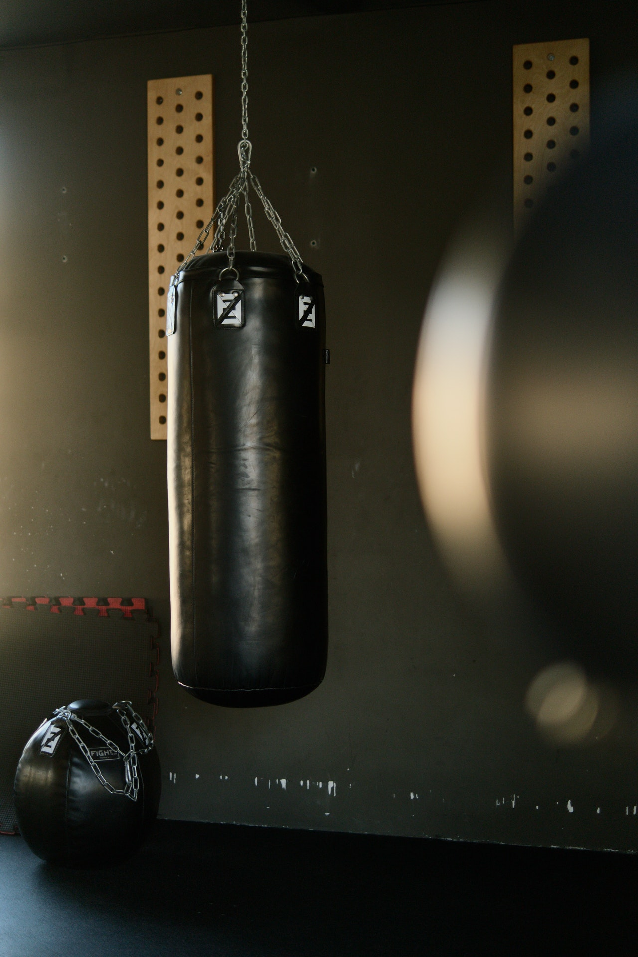 Ein Standboxsack ist besonders für Mieter geeignet. Oft haben Vermieter etwas gegen unnötige Bohrungen in Wände und Decken. Bei einem Standboxsack sind keine Bohrungen nötig.