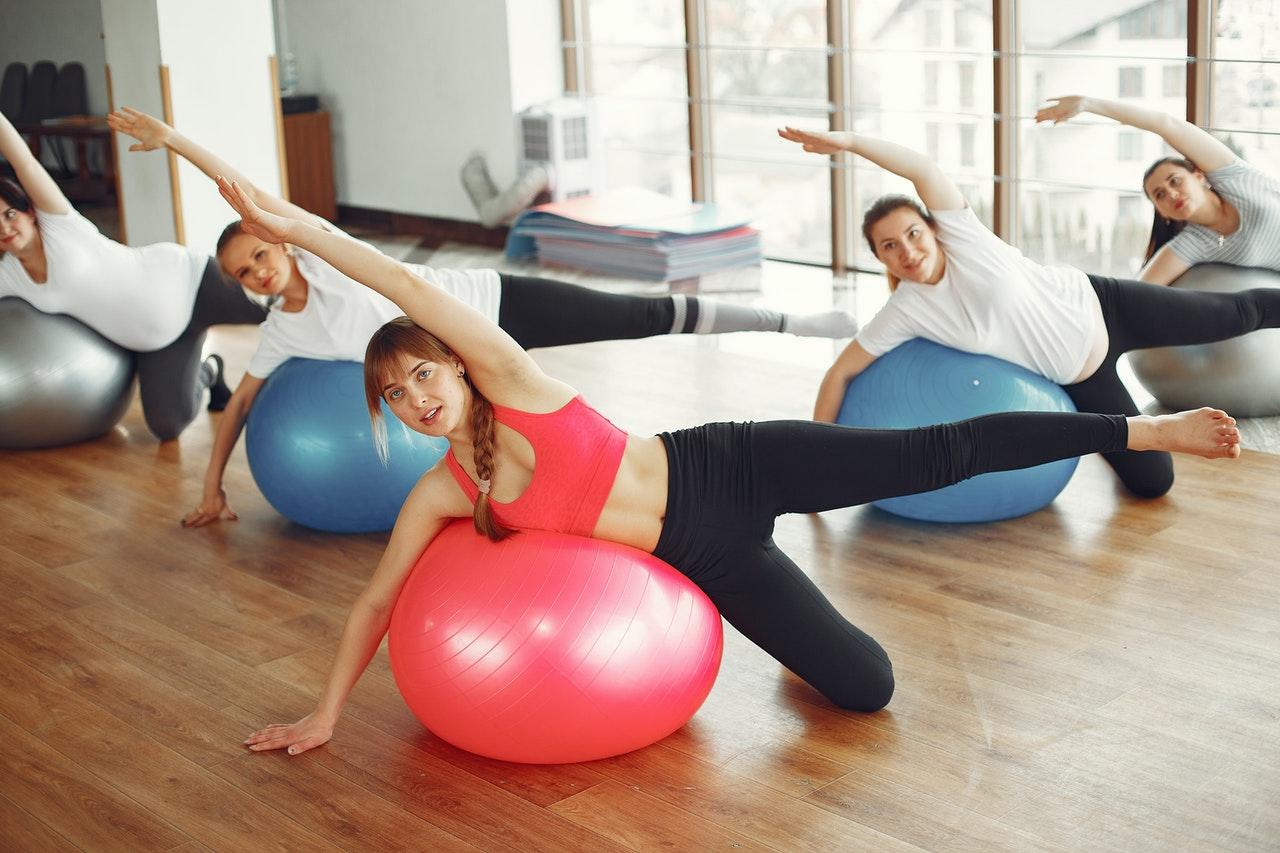 Eine gute Alternative zu einem Balance-Ball ein solcher Gymnastikball. Dieser lässt sich auch gut im Alltag benutzen - zum Beispiel als Bürostuhl-Ersatz.