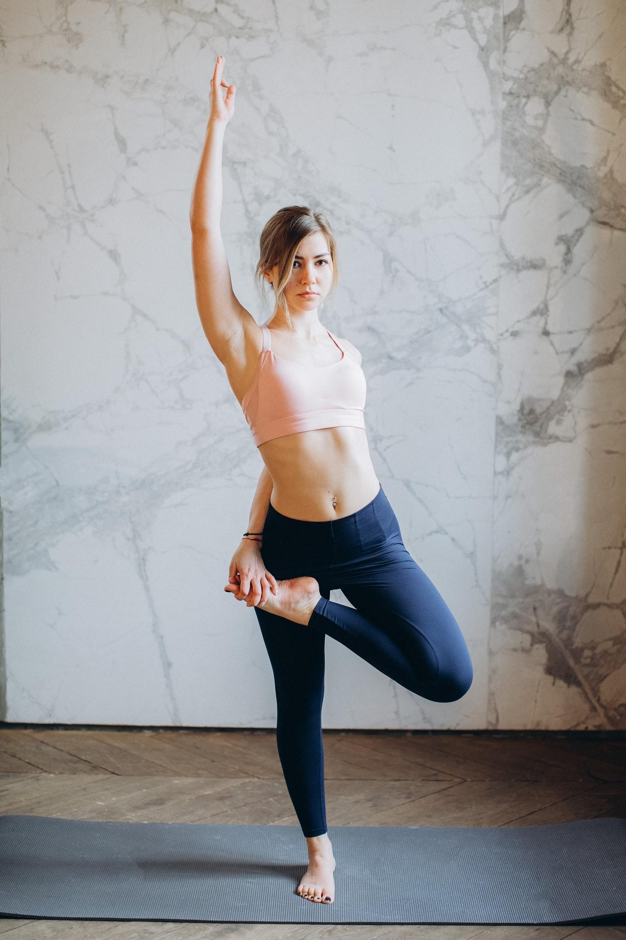 Regelmäßiges üben auf dem Balance-Pad, erhöht langfristig den Gleichgewichtssinn.