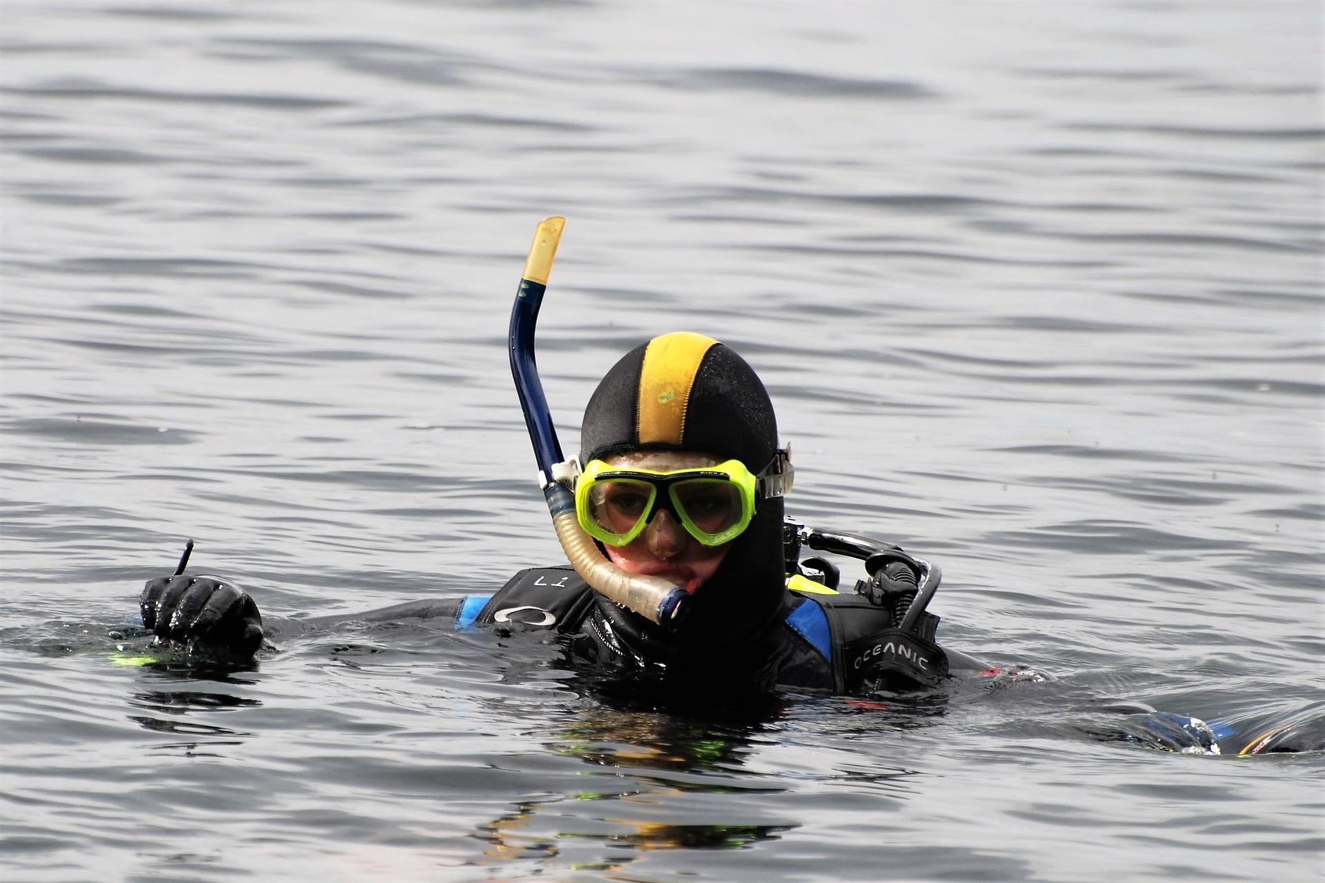 Schnorchel mit Ventil im Meer tauchen