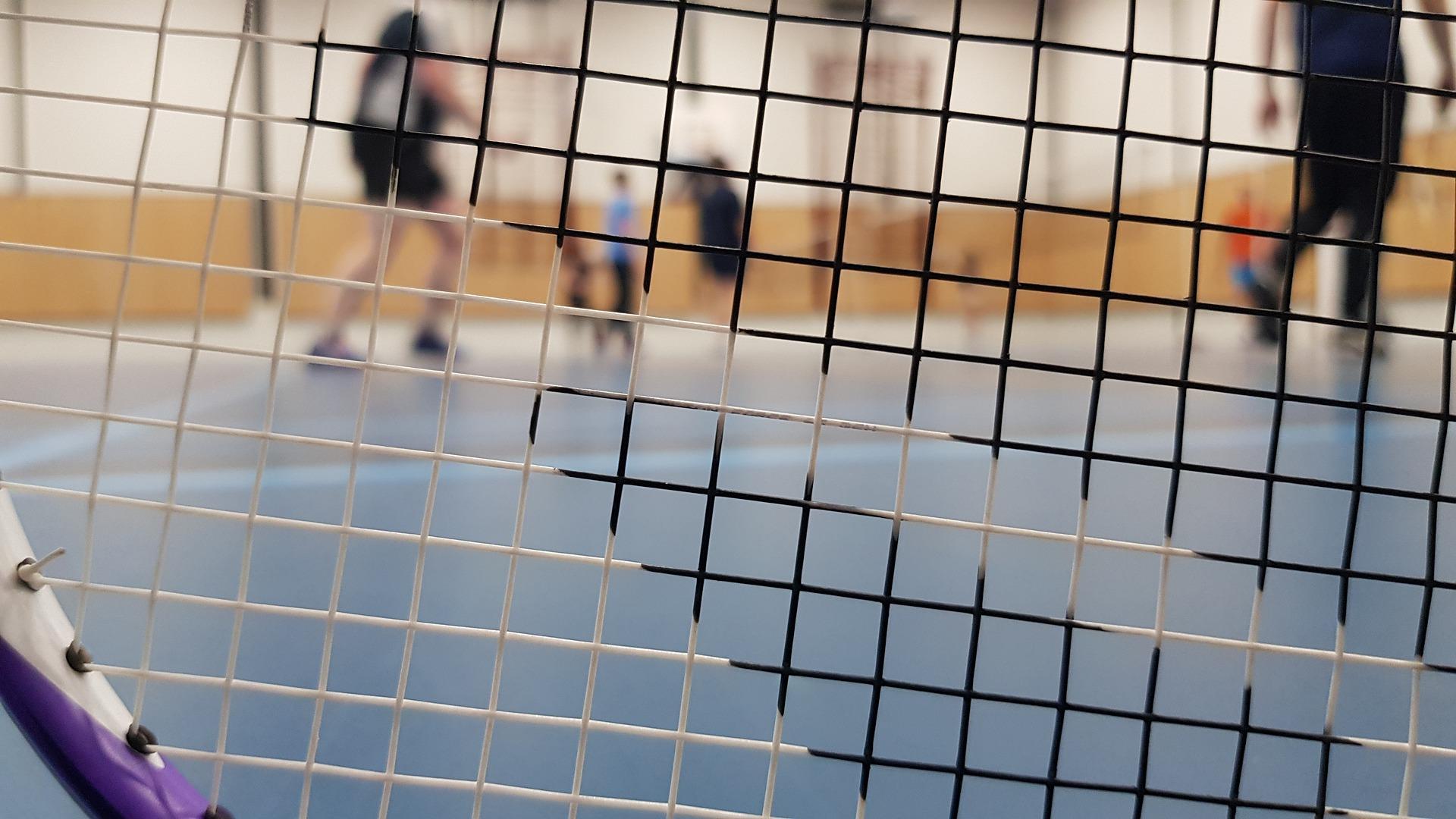 Badminton Netz wird gespannt