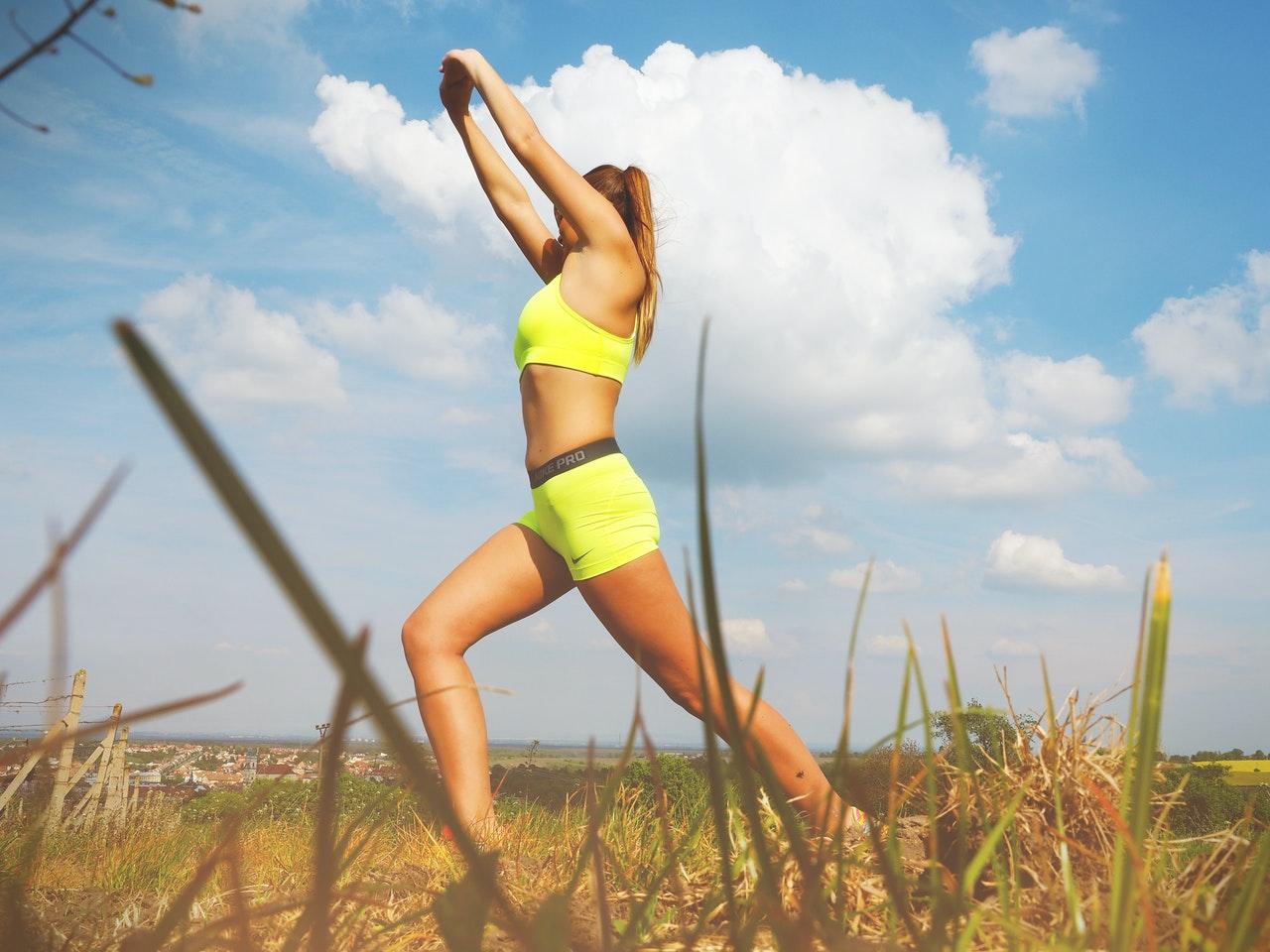 Nur Diätpulver reicht auf Dauer nicht. Du solltest nebenbei immer mal wieder ein wenig Sport treiben.