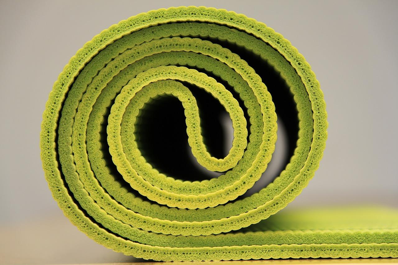 In der Regel sind Yogamatten zwischen 2 und 6 mm dick. Die dickeren Matten bieten natürlich die bessere Unterstützung und sind somit für Personen mit empfindlichen Gelenken besonders gut geeignet.