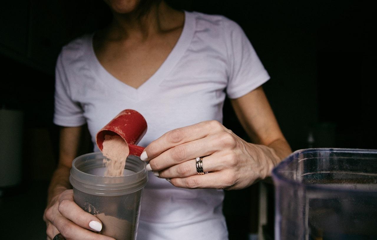 Wenn es an die genaue Dosierung für einen Eiweißshake geht, empfiehlt es sich ungefähr 30 Gramm Pulver mit entweder 300 ml Wasser oder einem Anteil Milch zu mischen.