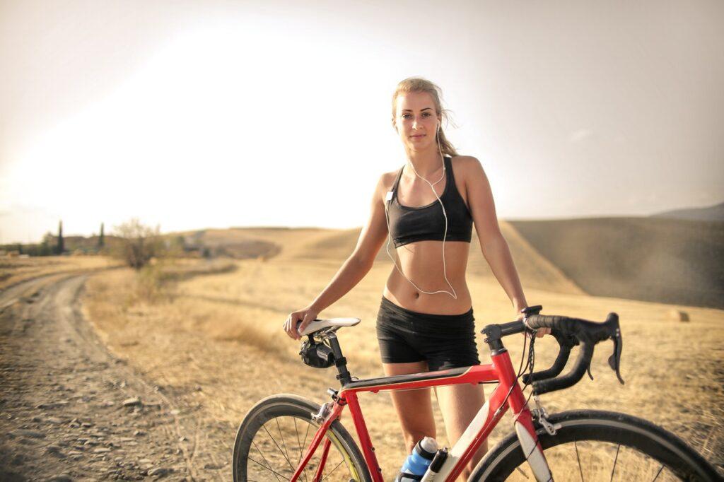 Sport-BHs gibt es in vielen unterschiedlichen Ausführungen. Je nach Trainingsintensität sollten dabei verschiedene Modelle gewählt werden.