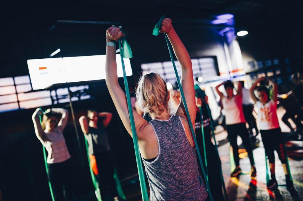 Fitnessbänder gibt es in verschiedenen Längen und Stärken.