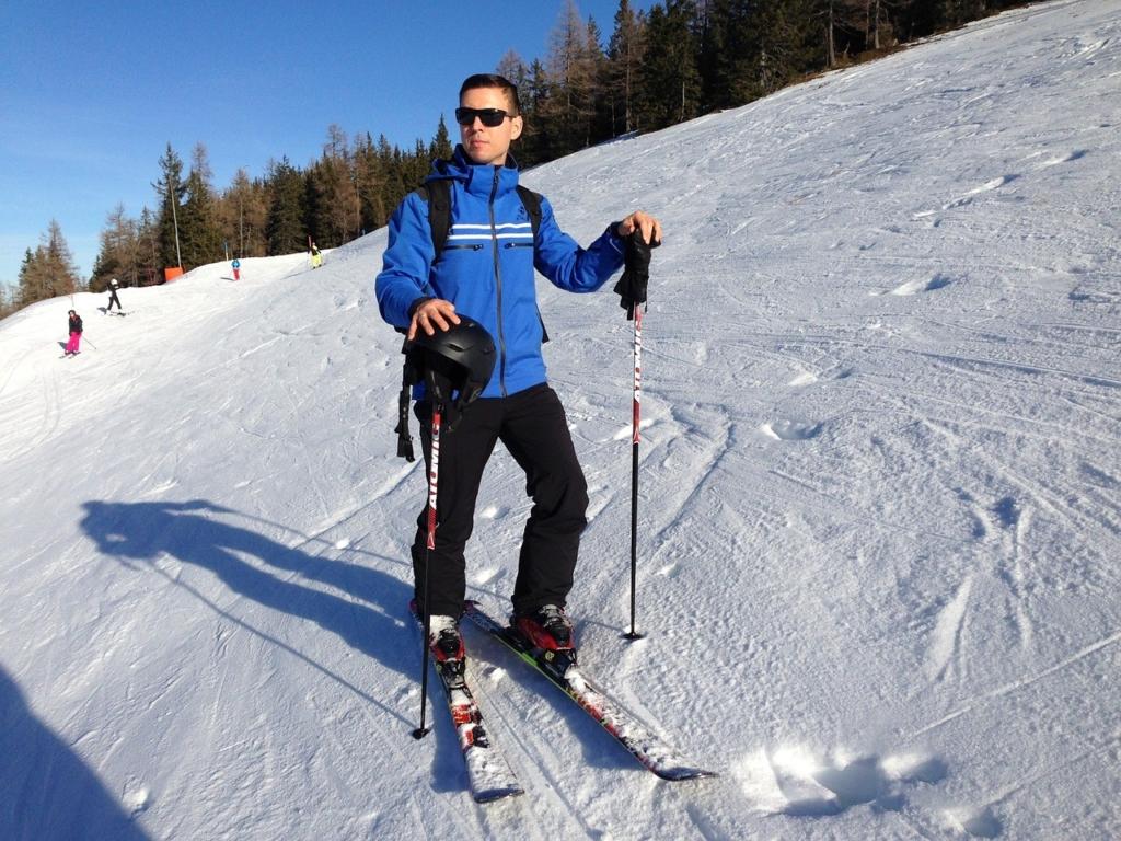 Es gibt verschiedene Skistöcke, wobei die einen aus Aluminium gefertigt werden und andere aus super leichtem Carbon bestehen.