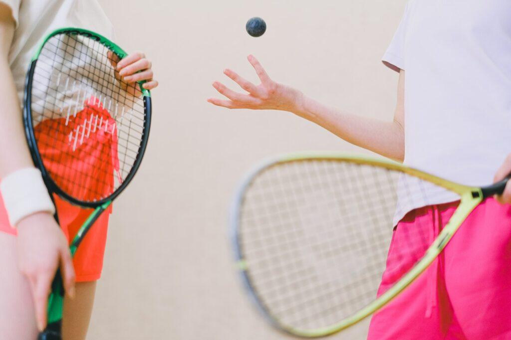 Der Squashschläger ist nicht mit einem Badmintonschläger oder Tennisschläger vergleichbar.