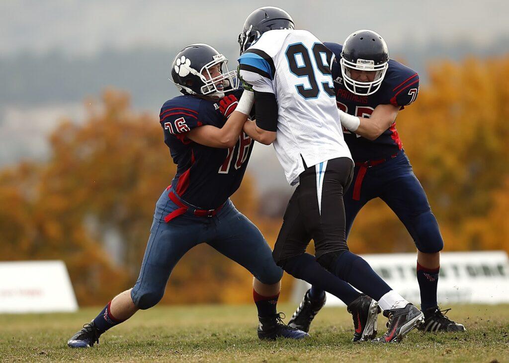 Es gibt American Football Schuhe zum Schnüren und mit zusätzlichem Klettverschluss.