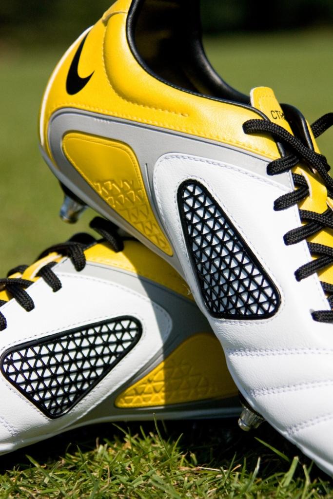Fußballschuhe sind auf die besonderen Anforderungen auf dem Fußballplatz oder beim Hallenfußball ausgelegt und dementsprechend gefertigt.