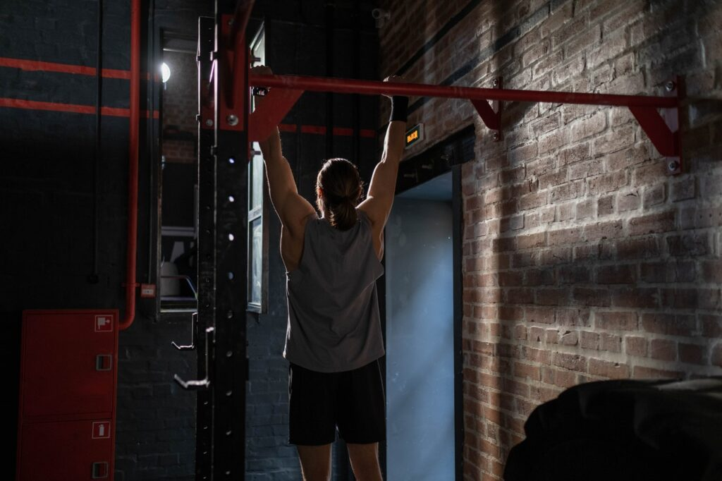 Es gibt Klimmzugstangen, die an der Wand, an der Decke oder an einem Türrahmen angebracht werden können.