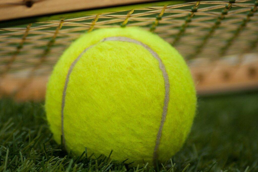 Tennisbälle bekommst Du in der Regel in einer Vierer-Packung.