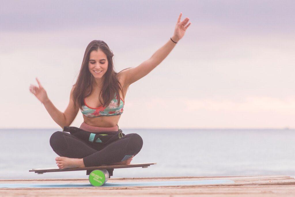 Ein Balance-Board ist ein nützliches Sportgerät, um die Tiefenmuskulatur und den Gleichgewichtssinn zu trainieren.