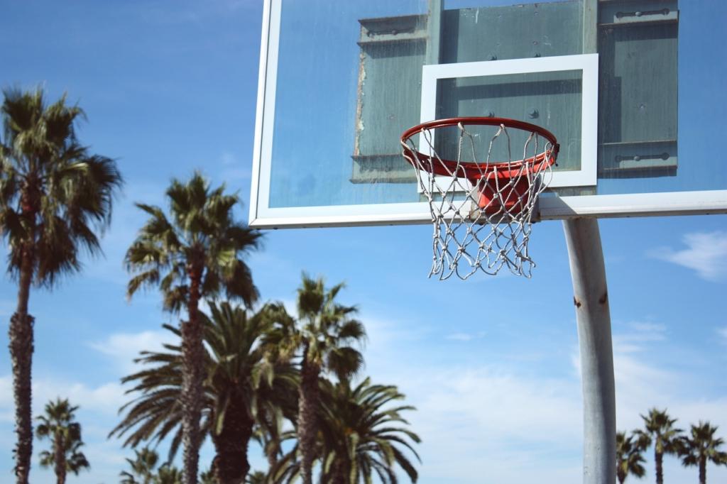 Das Basketballboard wird auch als Backboard bezeichnet und dient im Sportunterricht als Orientierungshilfe, um den Ball im Korb zu versenken.